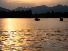 Jezioro Xihu, czyli Jezioro Zachodnie by <b>Malgorzata Kasiewicz</b> ( a Panoramio image )