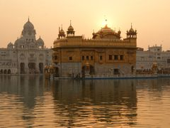 Sun setting over  Golden Temple. by <b>naveen  sharma</b> ( a Panoramio image )