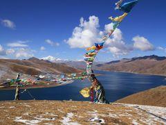 Yamdrok Lake - holy lake in Tibet by <b>matsljungberg</b> ( a Panoramio image )