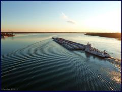 Barge traffic on Mississippi, in Cairo. The ripple effect! by <b>Tomros</b> ( a Panoramio image )