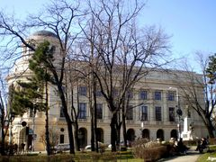 "Iasi , Biblioteca centrala ""Mihai Eminescu"" si statuia lui Mihai by <b>Argenna</b> ( a Panoramio image )"