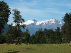 Volcanes Mocho y Choshuenco vistos desde el norte by <b>Juan Francisco Bustos</b> ( a Panoramio image )