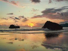 Puesta de sol en playa Espadilla (Norte), Puntarenas, Costa Rica by <b>Melsen Felipe</b> ( a Panoramio image )