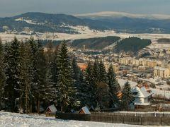 Orasul Toplita si muntii din apropierea lui: (de la stanga la dr by <b>Denes Laszlo</b> ( a Panoramio image )