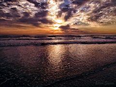 Um belo amanhecer sobre as aguas by <b>Eliton Sloma</b> ( a Panoramio image )