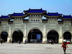 Gate of Liberty Square, Taipei - Cong Quang truong Tu do by <b>Ngo Minh Truc</b> ( a Panoramio image )