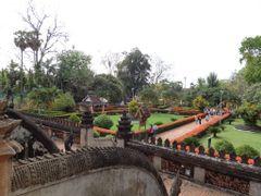 Wat Ho Phra Keo - Vista del jardin desde su primer planta by <b>AnaMariaOss</b> ( a Panoramio image )