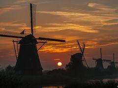 Sunrise Kinderdijk by <b>© BraCom (Bram)</b> ( a Panoramio image )