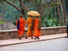 Monjes, paseando a orillas del rio - **Cultura** usos y costumbr by <b>AnaMariaOss</b> ( a Panoramio image )