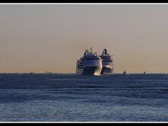Queen Elizabeth (Cunard-Line) in Kiel (Schleswig-Holstein, Germa by <b>Без названия</b> ( a Panoramio image )