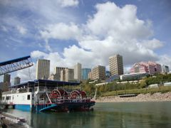 paddle wheeler and dragon boat by <b>Itallica</b> ( a Panoramio image )