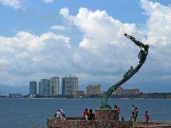 """Escultura """"Los Milenios""""  en el Malecon de Puerto Vallarta, Jali by <b>? ? galloelprimo ? ?</b> ( a Panoramio image )"""