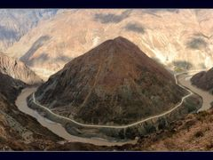 A Dramatic Turn of the Yangtze River by <b>Danny Xu</b> ( a Panoramio image )