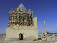Alt-Urgench: Sultan-Tekisch-Mausoleum und Qutlugh-Timur-Minarett by <b>Dr. Thomas Liptak</b> ( a Panoramio image )