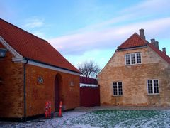 Red Houses by <b>mycamerashots.com</b> ( a Panoramio image )