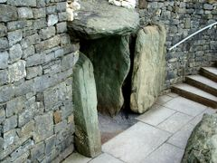 Newgrange (Ireland): Tomb Entrance (~2.500 vchr.) by <b>kisstamas36</b> ( a Panoramio image )