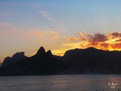 Por do Sol em Ipanema. Uma explosao de luz e cores num ceu de ou by <b>Aramos</b> ( a Panoramio image )