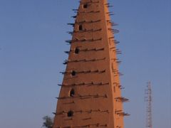 """Le minaret en pise de la mosquee d""""Agadez (daterait du 16e siecl by <b>Olivier Morice http://olivier-morice.fr</b> ( a Panoramio image )"""